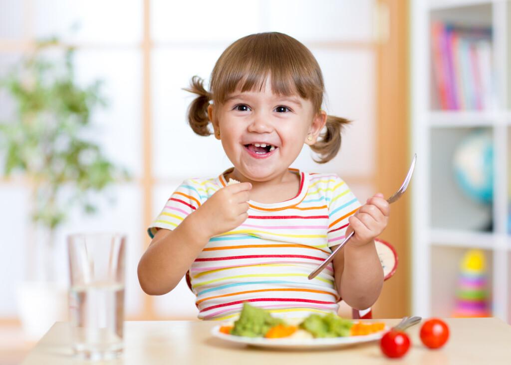 Oferecer uma alimentação variada e uma suplementação consciente ajuda a manter a saúde das crianças em dia. Imagem: iStockPhoto